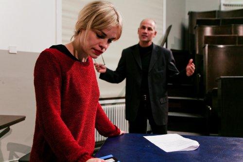 Carol und John besprechen die Anzeige
