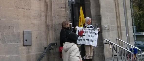 Klägerin und Unterstützer_innen vor dem Göttinger Verwaltungsgericht
