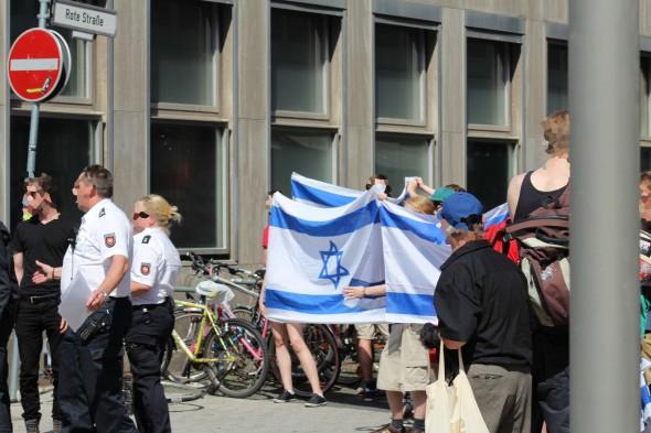 Die Gegenkundgebung entrollte Israelfahnen
