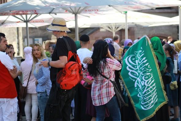 Erinnert frappierend an die Hamas-Fahne - das islamische Glaubensbekenntnis in weiß auf grünem Grund