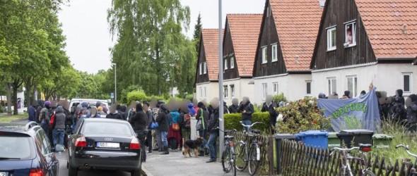 Da sie teilweise auch die Straße versperrten, ermahnte eine Zivilstreife die Anwesenden, sich nur auf dem Gehweg vor dem Haus aufzuhalten. Foto: Links Unten Göttingen
