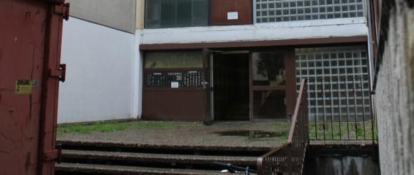 Lars wohnt im Hagenweg 20. Er kämpft dafür, dass sich dort etwas ändert. Foto: Topf