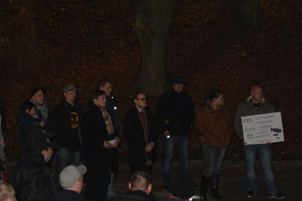 Lars Steinke und Jan Philipp J. (mit Schals). In Duderstadt stehen längst nicht mehr nur AfD-Sympathisanten auf den Kundgebungen.