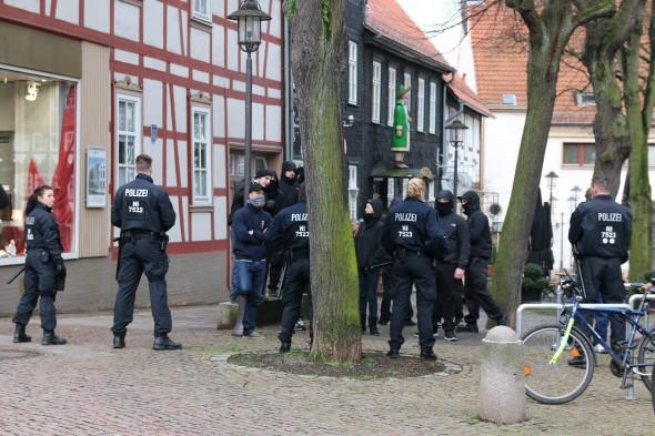 Die Polizei hält vermummte Nazis von der Gegenkundgebung fern