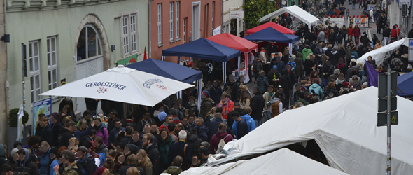 Dichtes Gedränge beim Straßenfest in der roten Straße (Foto: ALI)